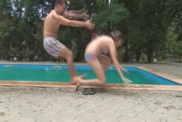 Une double chute au bord de la piscine
