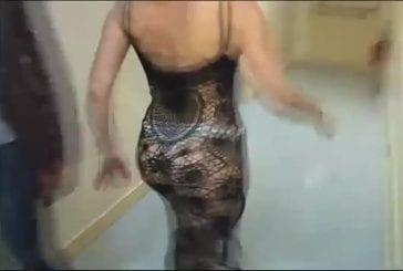Cécile de minibus teste la robe invisible