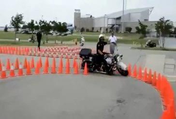 Ce policier a une maitrise parfaite de sa moto