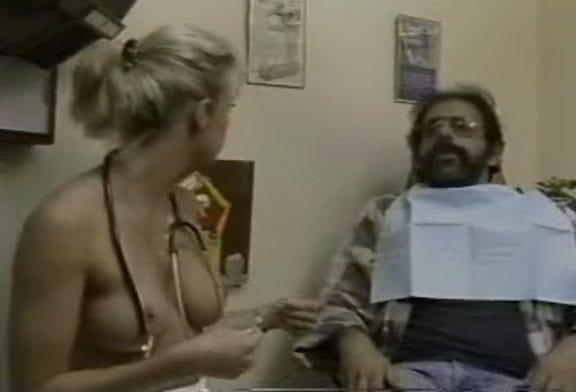 Une infirmière topless en caméra cachée