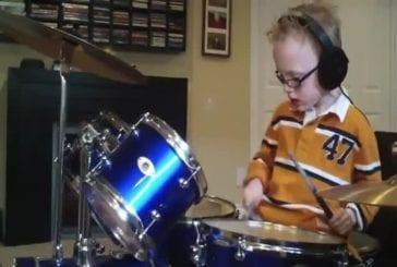 Il joue les Foo Fighters à la batterie à 6 ans à peine