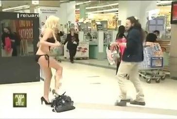 Une bimbo se change dans un centre commercial