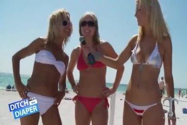 Des petits bikinis sur une plage ensoleillée