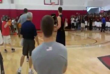 Dunk de basket-ball sur le mur
