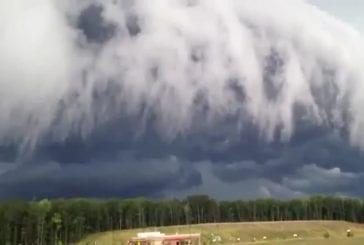 Un incroyable nuage d'orage arrive sur la ville