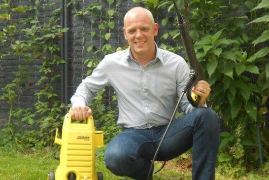 Dans son jardin avec un karcher