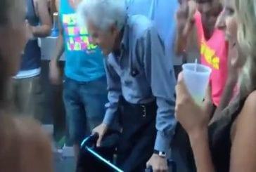 Un grand-père s'éclate sur la piste de danse