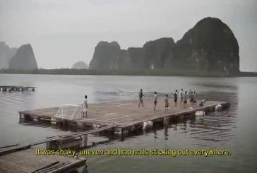 Jouer au football dans un village flottant