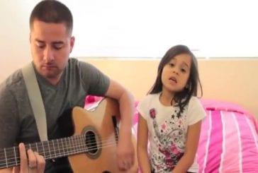 Père et fille interprètent une chanson à la guitare