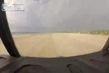 Un avion C-130 Hercules atterrit sur une plage