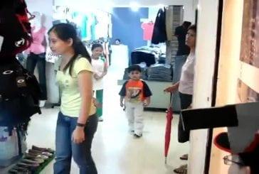 Un enfant a une réaction de peur impressionnante