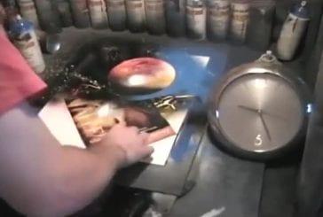 Un artiste qui peint hyper vite avec un aérosol