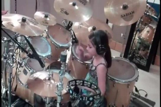 Une fille de 10 ans joue de la batterie