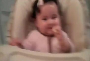 Des bébés goutent du citron pour la première fois