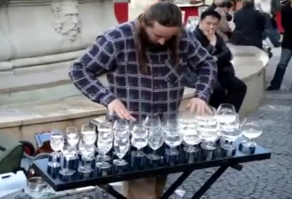 Cet artiste de rue joue sur des verres