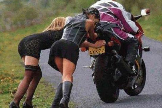 2 filles qui poussent une moto en panne devinez qui est sur la moto