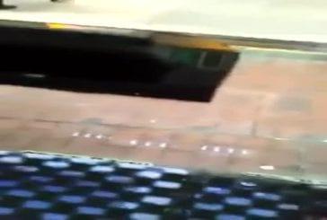Un mec fait caca sur le trottoir
