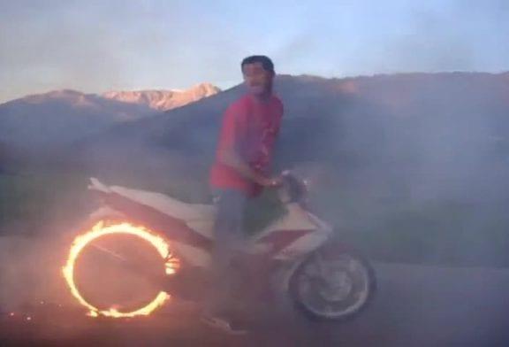 Un pneu qui prend feu lors d'un burnout