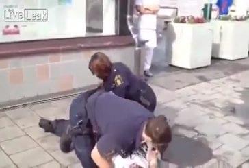 2 policiers suédois essaient d'interpeler un homme