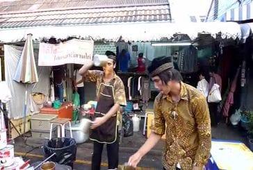 Incroyable vendeur de thé chaud sur le marché de Chatuchak à bangkok