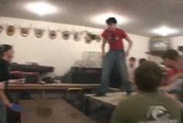 Idiot qui tente de casser une table avec son dos