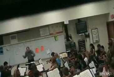Loco profesor de música destruye un violín crazy music tea