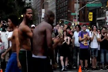 Acrobates de rue à l'Union Square de New York City