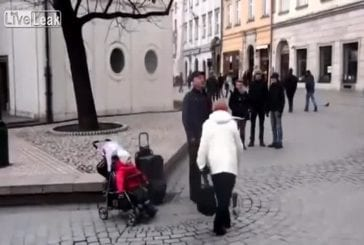 Bébé se joint artiste de rue