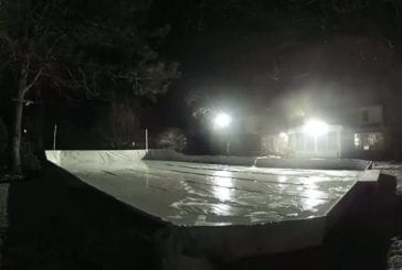 Il construit une patinoire dans un jardin en seulement cinq jours