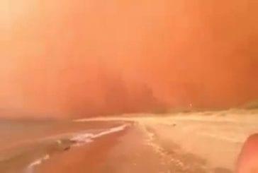 Un gigantesque mur de sable se forme avec l'arrivée de la tempête