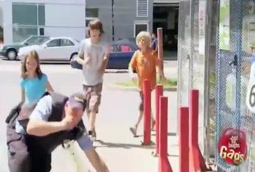 Officier de police attaqué par des enfants