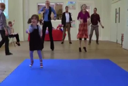 Fille mignonne a une danse entraînante