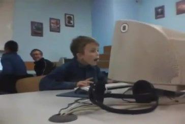 Russian Kid pris regarder du porno