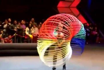 La fille cerceau de hula incroyable!