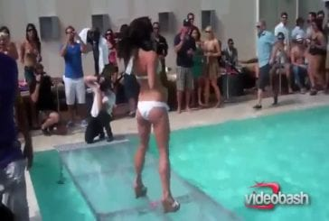 Jolie fille en bikini fait un faceplant autour de la piscine