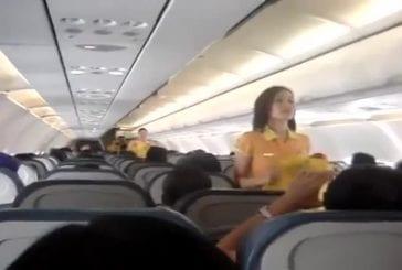 Hotesses de l'air présentent les consignes de sécurités en dansant