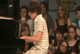 Cet enfant chante au piano Paparazzi de Lady Gaga