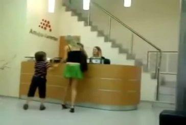 Un sale gosse déshabille sa mère en public
