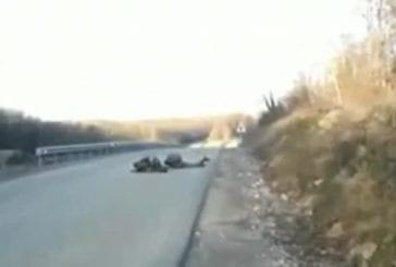 Deux soldats tombent dans une embuscade