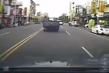 Une voiture percute un piéton
