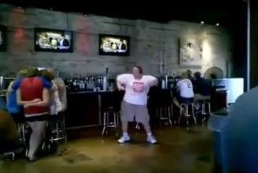 Un gars danse autour d'un bar