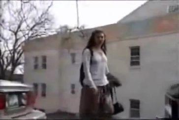 Jeune fille marche dans le poteau