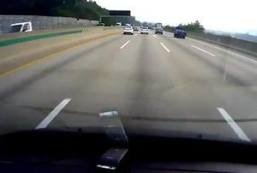 Conducteur endormi se retourne sur l'autoroute