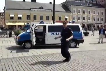 La police suédoise danse en public
