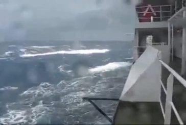 Des gigantesques vagues en pleine mer