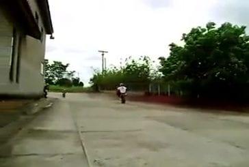 Il fait une démo avec sa moto