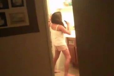 Fille surprise en train de chanter dans sa salle de bain