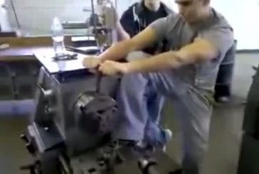 Des étudiants en mécanique font les abrutis