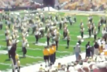 Orchestre joue Paparazzi de Lady Gaga avant le match