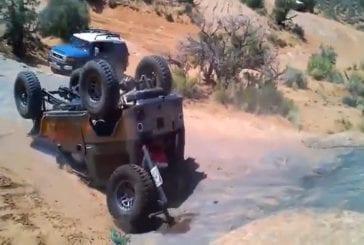 Jeep se retourne en faisant du trial